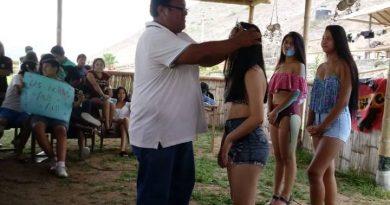 Jóvenes Paramonguinos de la pre se divierten antes de su difícil examen de admisión