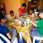 GRANDES Y CHICOS PARTICIPAN DEL TALLER DE MANUALIDADES CON MATERIAL RECICLABLE